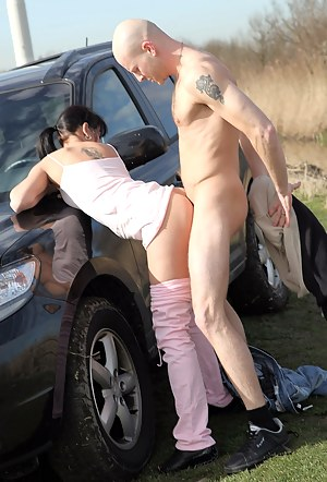Horny chick screws a poor streetartist in the grassfield